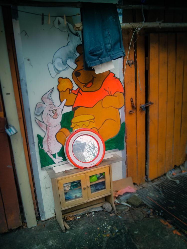 Dabar žinau, kur gyvena Mikė pūkuotukas ir džiūsta Karlsono kelnės. Iš trumpo pasivaikščiojimo po Kauno centro kiemus. Mobilografija.