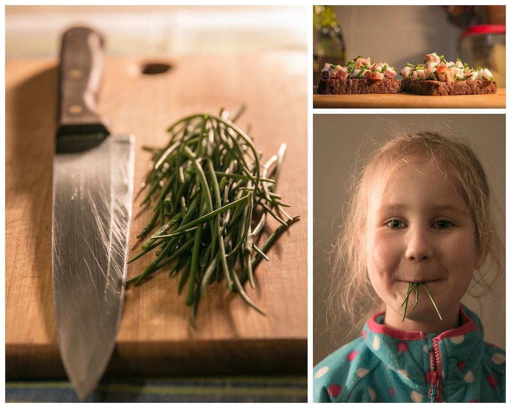 """Pirmasis valgomas derlius iš mano sodelio šiais metais. Smagiai aštrios """"tribulkos"""" (Allium schoenoprasum) ir tikra lietuviška vakarienė po lauko darbų."""