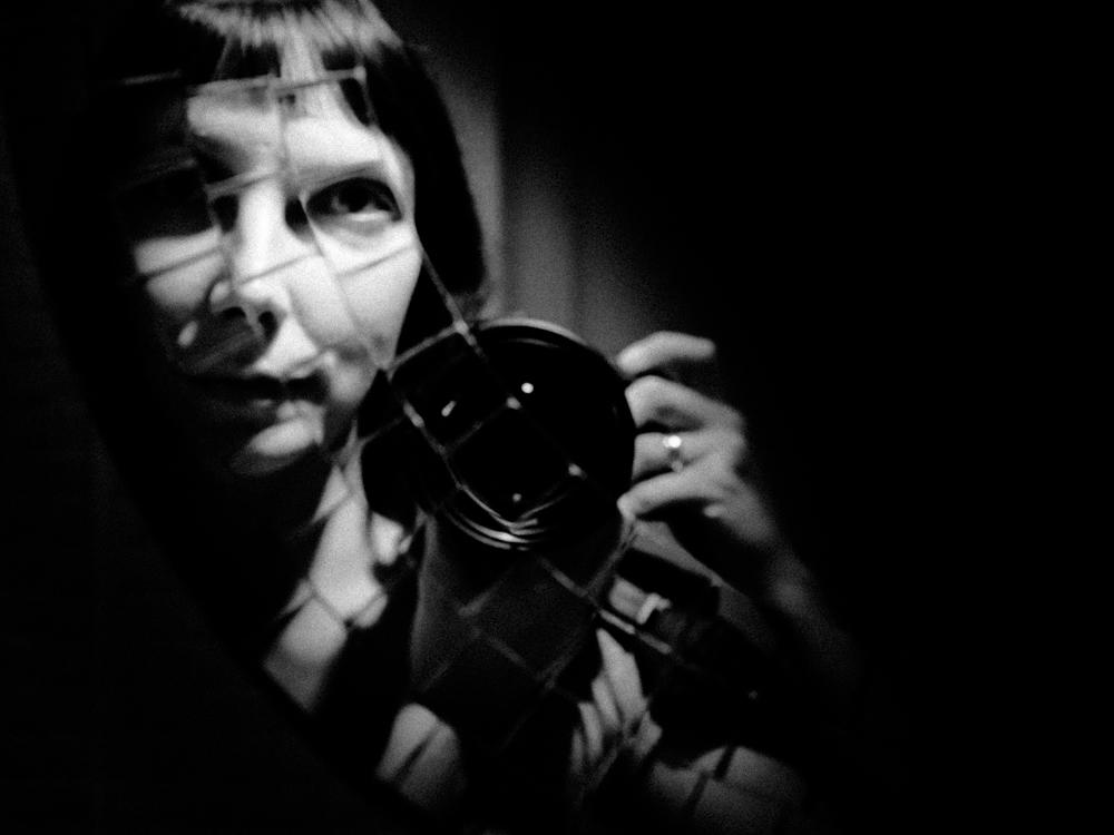 Birželio autoportretas mozaikiniame veidrodyje.