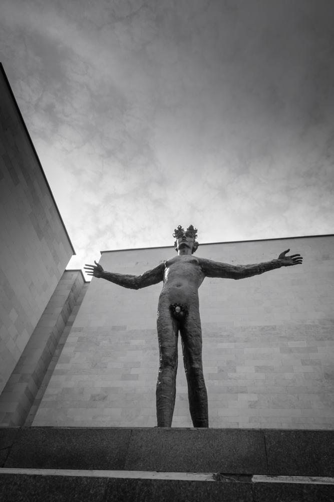 """Atsiverti. Petro Mazūro skulptūra """"Žmogus"""" (1986)."""