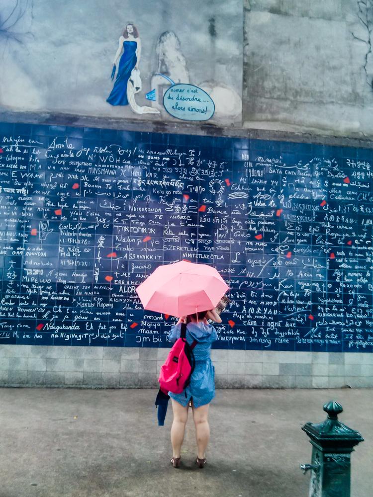 Mur des Je t'aime. Meilės siena Montmartre. Lijo taip, kad buvo gaila traukti ir šlapinti fotoaparatą. Mobilografija.