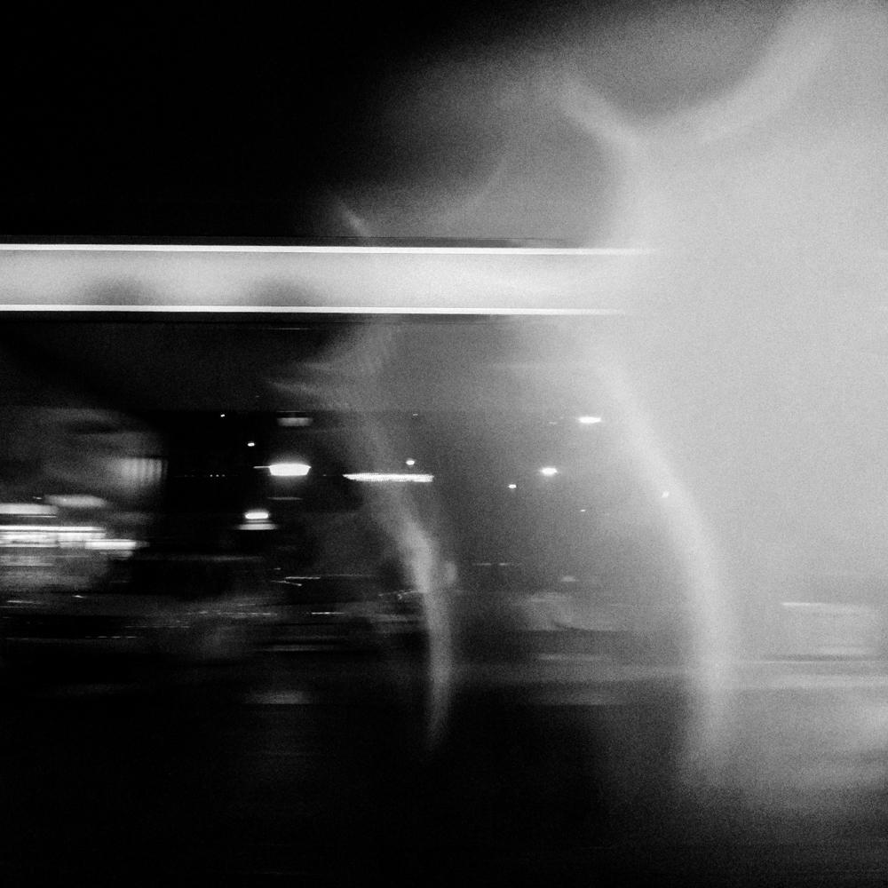 Nakties, sniego ir greičio abstrakcija. Mobilografija.