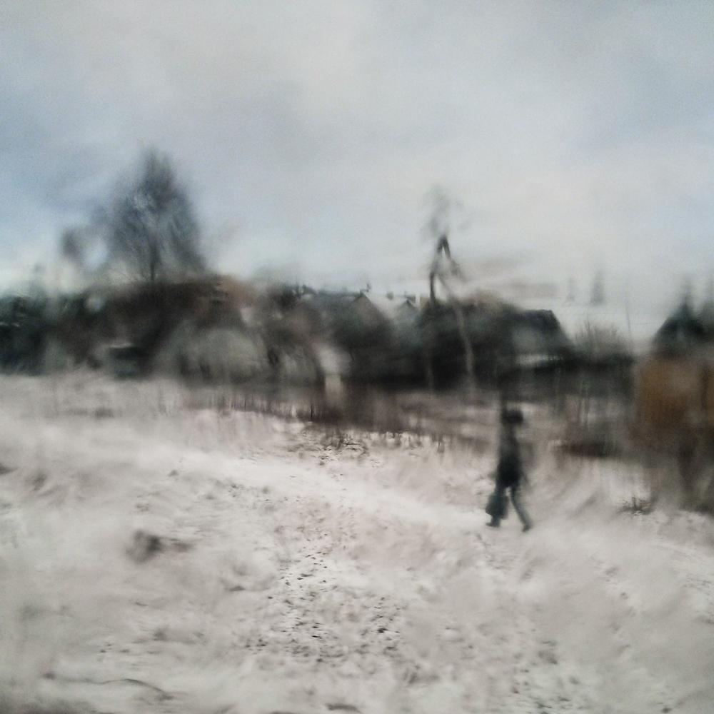 Paskubom nulieta akvarelė. Vaizdas pro apledėjusį autobuso langą. Mobilografija.